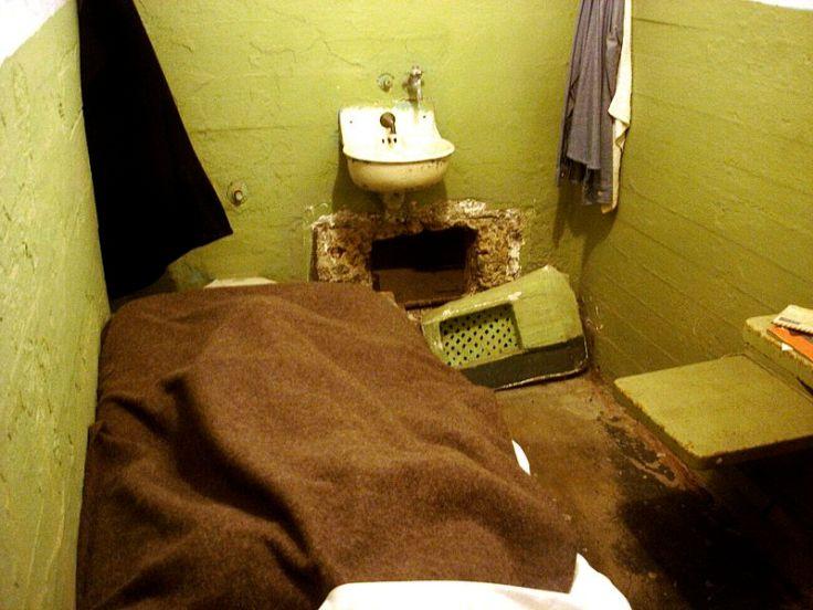 800px-Alcatraz_cell_vent