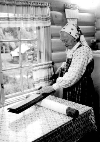 Mangling_av_tøy_Foto_Norsk_Folkemuseum_1962,_NF.06675-006